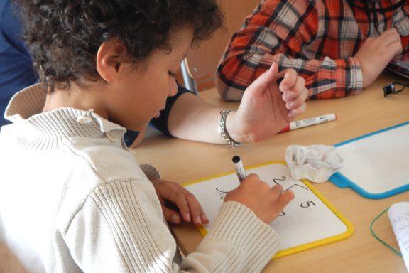 Un enfant fait des mathématiques