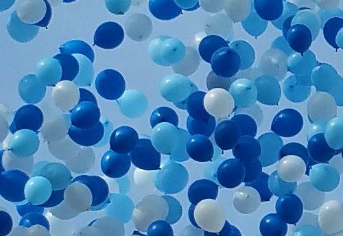 Lâcher de ballons bleus