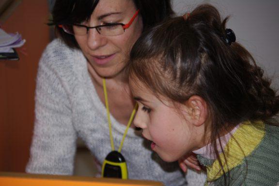 Une fillette et son éducatrice au travail