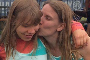 Une maman embrasse sa fille à l'arrivée d'une course