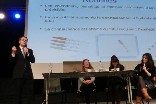 Le Docteur Peter Beddow présente la formation sur les comportements problèmes avec 3 psychologues OVA France